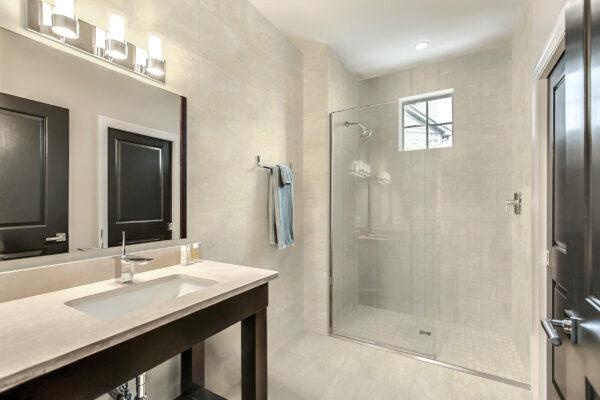 Craftsman_DP_Bathroom_FTI27202_6x6_12x24_FTI27202-M12_Biscuit_FTI27200A-L1-5x12_Prairie_Light_01v